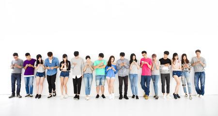 jonge student Group kijken naar slimme telefoon