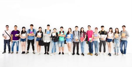 함께 서있는 젊은 학생 그룹