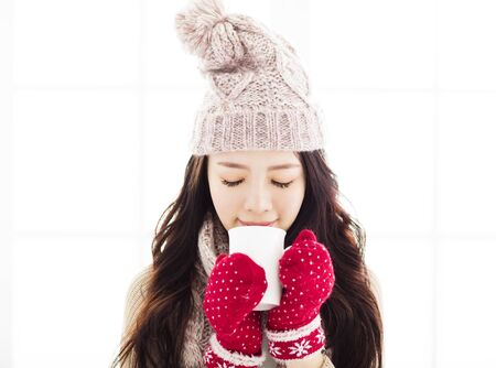 clothes winter: young Woman in winter clothes having hot drink Foto de archivo