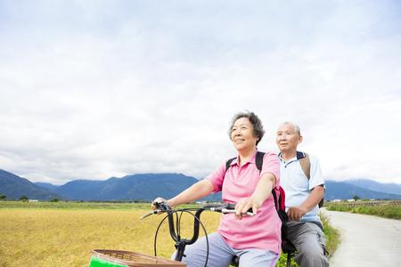국가로에 자전거를 타고 행복 수석 커플 스톡 콘텐츠