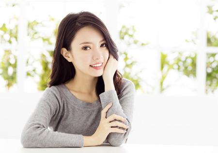 근접 촬영 웃는 젊은 아시아 여자