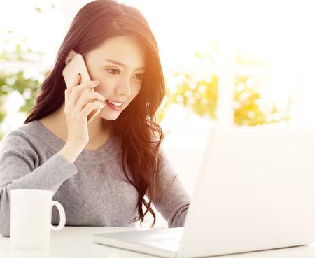 Šťastný krásná žena pracovat na notebooku