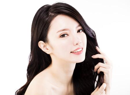 그녀의 건강한 검은 머리를 만지고 젊은 여자 스톡 콘텐츠 - 70811212