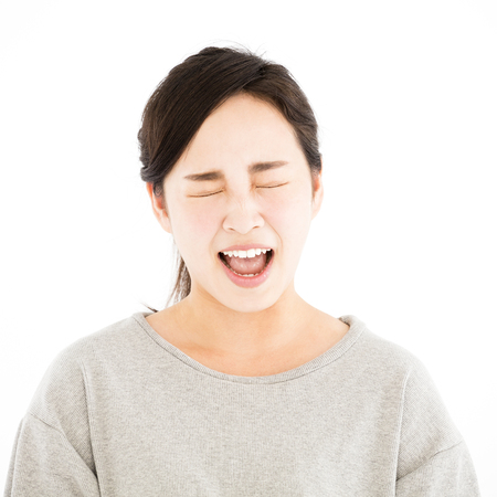 怒っているアジアの若いカジュアルな女性の肖像画
