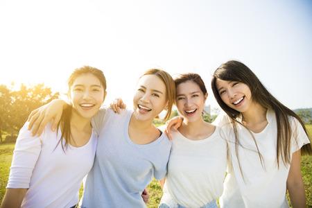 reir: Grupo de jóvenes hermosas mujeres sonrientes