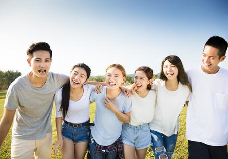 Gelukkig jonge Aziatische groep bij elkaar te lopen Stockfoto