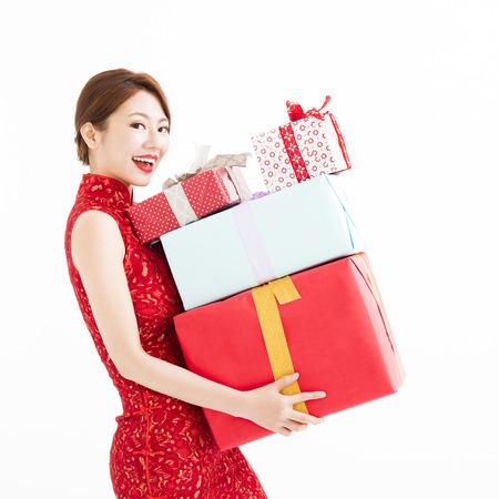 행복 한 중국 새 해입니다. 선물 상자를 들고 젊은 여자 스톡 콘텐츠