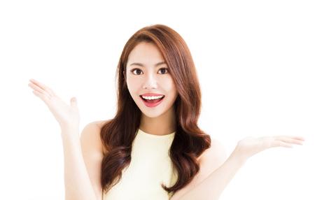 Jonge lachende vrouw met gebaar laten zien Stockfoto - 70525935