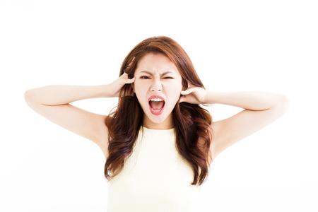 jonge vrouw benadrukt gek en haar haren te trekken