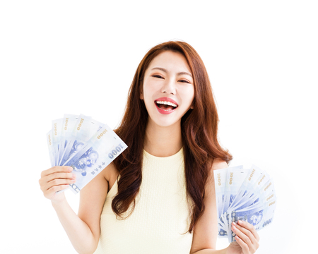お金を示す幸せな若い女