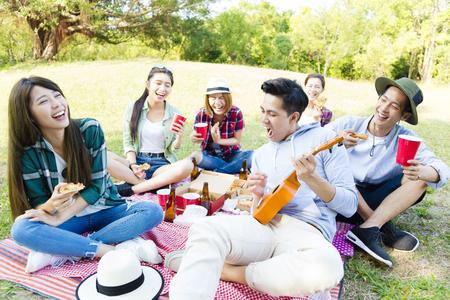 mujeres juntas: feliz grupo de jóvenes amigos disfrutando de picnic parte Foto de archivo