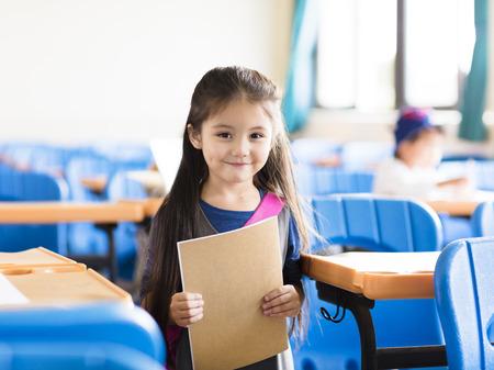 gelukkig meisje leerling in de klas