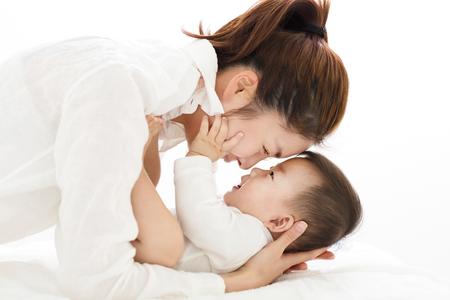 달콤한 아기 소년을보고하는 젊은 아시아 어머니 스톡 콘텐츠