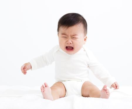 cansancio: Llorando bebé aislado en blanco Foto de archivo