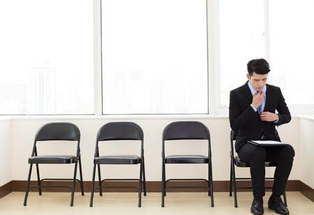 취업 면접을 기다리는 젊은 비즈니스 사람 스톡 콘텐츠 - 72549111