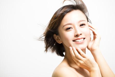 Usmívající se mladá žena s pohybem vlasů