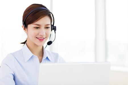 empresa joven mujer llevaba auriculares en la oficina