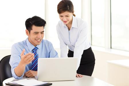 Zakenmensen bespreken het plan in het kantoor