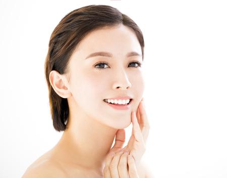 美容: 特寫鏡頭微笑的年輕女人的臉在白色孤立