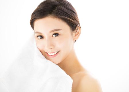 クローズ アップ健康肌若い女性顔