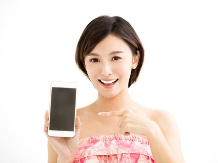 Jonge vrouw die de slimme telefoon toont Stockfoto