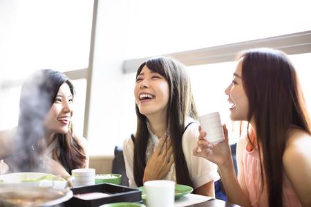 Glückliche junge Frauen Gruppe Essen Hot Pot Standard-Bild - 75002650