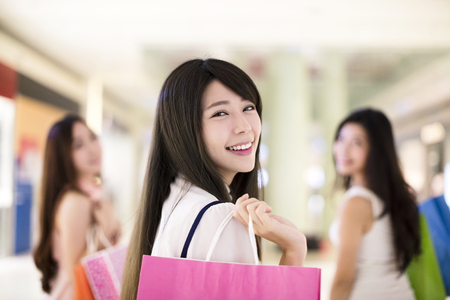 Frau glücklich Gruppe mit Einkaufstüten in der Mall zu Fuß Standard-Bild - 75018894