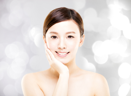 Closeup junge Frau Gesicht mit Unschärfe Hintergrund Standard-Bild - 75236038