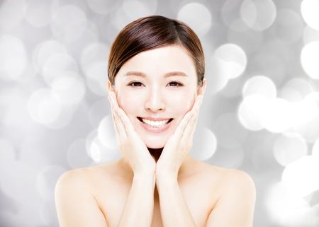 Closeup junge Frau Gesicht mit Unschärfe Hintergrund Standard-Bild - 75236039