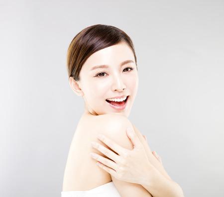 若い灰色の背景に女性の顔に笑みを浮かべて 写真素材