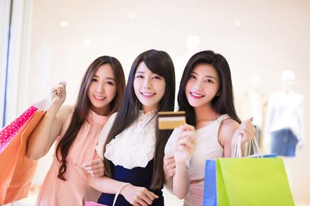 chicas de compras: grupo feliz mujer con bolsas de la compra y la tarjeta de crédito en el centro comercial