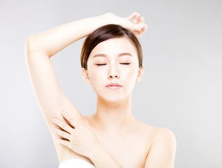 完璧な肌および脇の下のケアの若い美しい女性