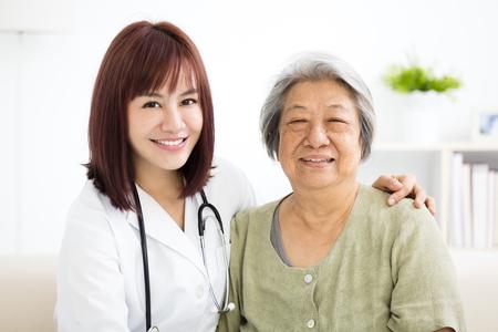 Junge lächelndes Haus Betreuer mit älterer Frau Standard-Bild - 77154952