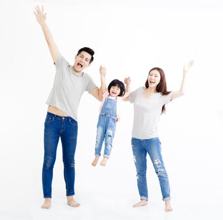 gelukkige Aziatische familie staan samen op wit wordt geïsoleerd Stockfoto