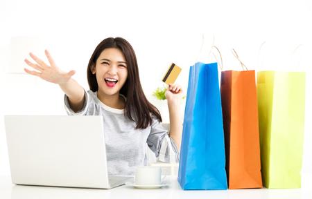Junge Frau zeigt Kreditkarte und Online-Shopping Standard-Bild - 78132292