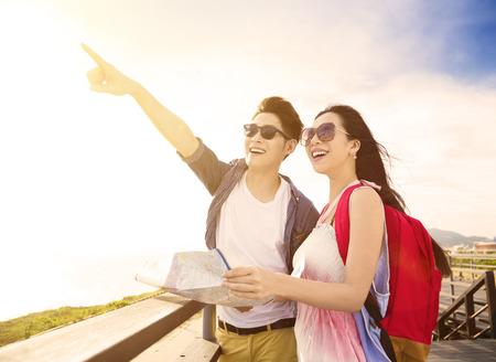 幸せな若いカップルの休暇とビューを見て