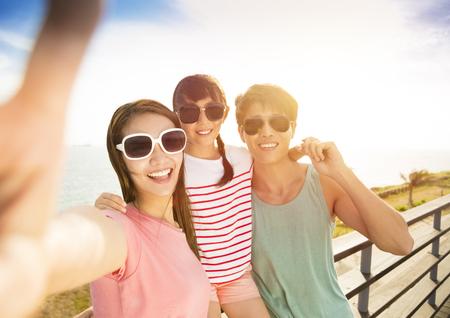 voyage: Famille heureuse prenant selfie sur les vacances d'été