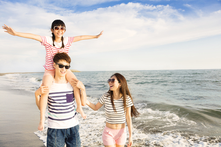 해질녘 해변에서 놀고 행복한 가족