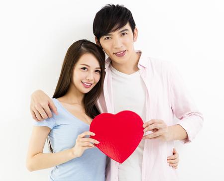 Junges Paar in der Liebe mit roten Herzen Standard-Bild - 80708827