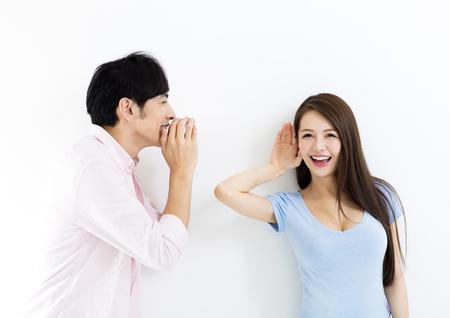 若いカップルの話やリスニングのコンセプト 写真素材