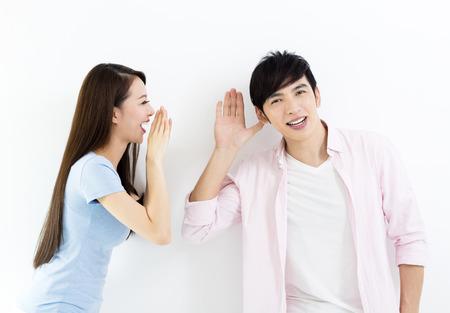 Junges Paar reden und hören Konzept
