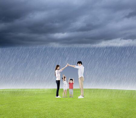 concepto de familia proteger al niño de la lluvia