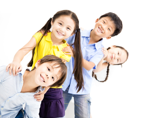 Lachen kleine kinderen op een witte achtergrond