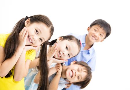 Šťastné a smál se malé děti na bílém pozadí