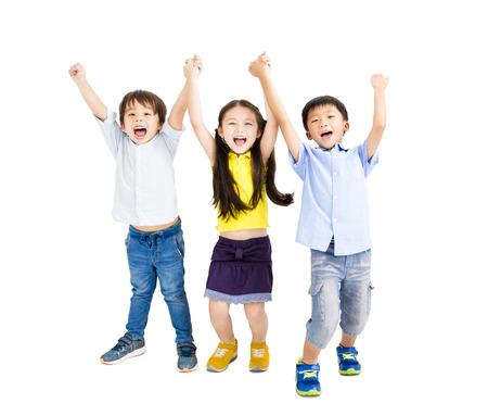 행복 웃는 아이의 그룹이 손을 들어 올립니다.