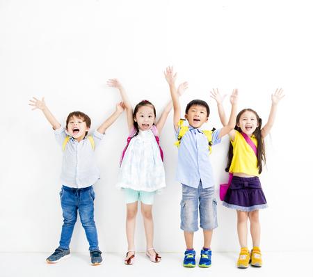 幸せな笑顔の子供たちのグループが手を上げる 写真素材