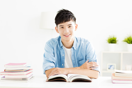 Young man studying in living room Stockfoto