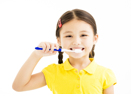 happy Little girl brushing the teeth 版權商用圖片 - 84105870