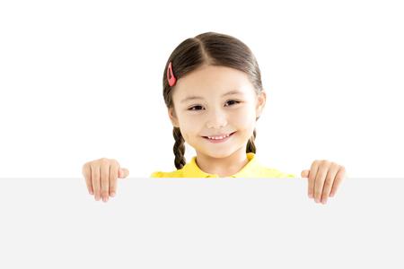 空白のホワイト ボードを持って少女の笑みを浮かべてください。