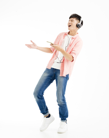 young man listening to music and singing Banque d'images
